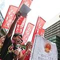長毛認為香港人有骨氣必向中共反擊,呼籲泛民發動5區辭職公投,讓香港人一人一票打敗中共。