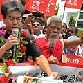 長毛在收押所外焚燒白皮書,指白皮書全面打擊香港民主。
