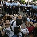 7月2日香港警察逮捕示威群眾(REUTERS/Bobby Yip)