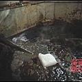 由於製作火鍋底料的成本主要是牛油,一些廠家為了減少牛油分量,節約成本,又不影響手感,就添加廉價的包裝用石蠟。(視頻  截圖)