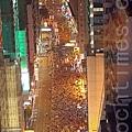 2014年7月1日,超過51萬的香港人頂著悶熱和驟雨上街遊行,表達爭取普選及捍衛香港核心價值的決心,要求中共撤回白皮書和梁振英下台。(潘在殊/大紀元)