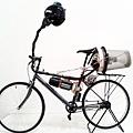 """英國藝術家馬特•霍普(音)也承認他的呼吸自行車看起來""""荒謬的。"""""""