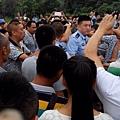7月6日,四川省都江堰市聚源鎮三壩村一殘疾小販被幾名協警持鋼管追打,引起百姓憤怒。數百人怒打協警,砸爛、掀翻警車。(網絡圖片)