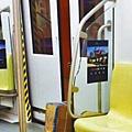 地鐵缺德男紙箱擋門阻開車上廁所■男子用紙箱卡住車門,令其無法關閉。