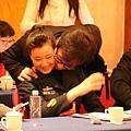 今年中共兩會期間,成龍與江澤民的姘頭宋祖英臉貼臉的曖昧照網絡流傳。(網絡圖片)