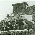 1959年1月24日,八二三炮戰後,中華民國先總統蔣中正(左三)首次抵金門巡視防務。右二為前總統蔣經國。(網路圖片)