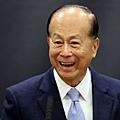 自去年8月至今1年來,亞洲首富李嘉誠家族已經出售了大陸、香港接近200億的資產。今年8月,李嘉誠旗下上市公司亞騰,有意將上海盛邦國際大廈出售予新加坡基金Alpha,交易價為15.4億元;這一消息再次觸動中共神經,被官媒批評繼續唱淡中國房地產。(OLI SCARFF / POOL / AFP)