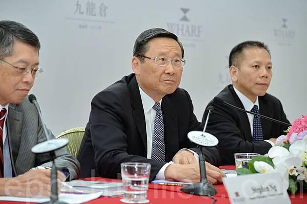 九倉集團主席吳光正(中)指,大陸樓市是政策市,大陸的辣招甚至比香港還要厲害。(宋祥龍/大紀元)