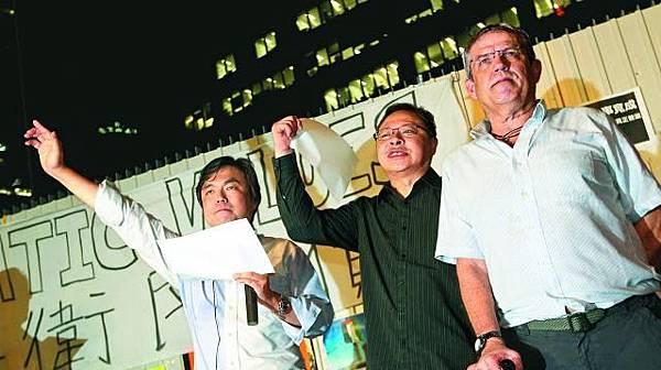■錢志健(左)指不少國際投資行高層已表明會參與佔中爭取真普選;中為戴耀廷。