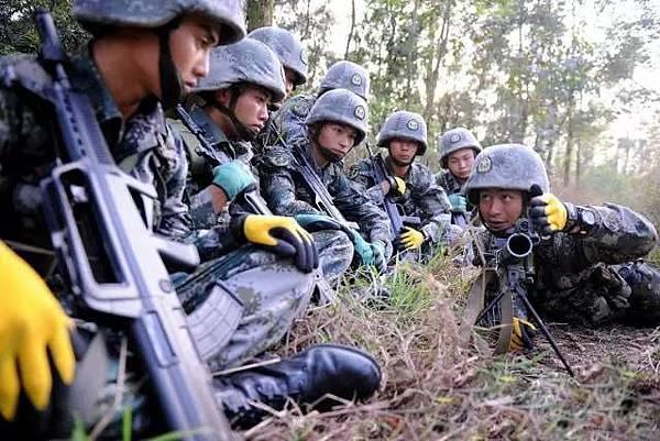 中共及北韓在軍事上的圖片皆擺拍,足可見只著重形象而疏於實際,了無生氣,假得可憐。