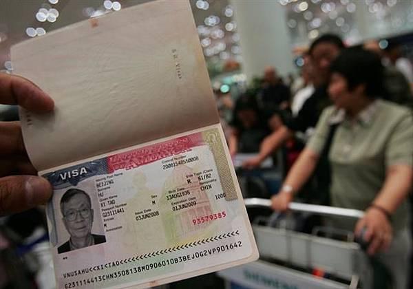 中國護照可以免簽證進入其他國家,在全球排名極低。圖為中國護照。(China Photos/Getty Images)2016-2