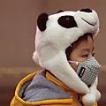 大腦中大量的磁鐵礦納米粒子來自外部環境,即空氣污染,而非人體自身機制所產生。圖為北京一男孩戴上標誌PM2.5的口罩。(Getty Images)2017-01