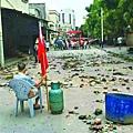 村民守著煤氣罐,靜坐阻止警察進村。(網絡圖片)2016-09