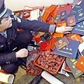 越來越多的外國和中國公司也開始核查學位證書的真實性。圖為2005年2月26日,一位成都市員警展示被沒收的假證書與假圖章等贓物。(Getty Images)2017-11