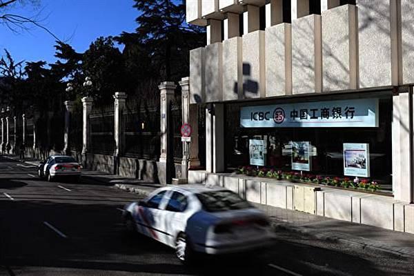 西班牙警方表示,當在西班牙的中國居民需要將一堆非法現金帶回家時,他們發現在中國工商銀行(ICBC)可以辦得到。圖為馬德里一家工商銀行。(Photo by Jasper Juinen/Getty Images)2017-08