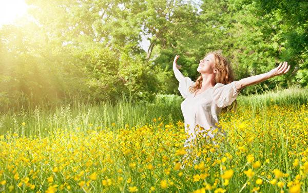 適度曬太陽可以說是最便宜的防癌方法,不用花錢,就能通過增加人體維生素D的含量起到防癌作用。
