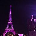 2015年9月28日,法國巴黎市長為知名地標艾菲爾鐵塔點上粉紅燈光,為法國的10月乳癌防治月揭開序幕,宣導女性防治乳癌的重要性。此為巴黎市市長安妮·伊達爾戈推出的「Ruban Rose」活動的一部分。(JACQUES DEMARTHON/AFP)