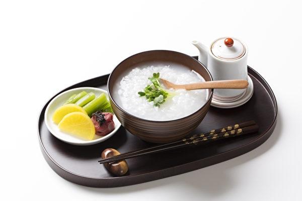 有句話講「富人喝蔘湯,窮人喝粥油」,「粥」是我們老祖宗流傳下來的養生方法,能生津補氣。(Fotolia)