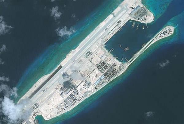 美國國防部發言人比爾•厄班說,導彈驅逐艦威廉勞倫斯號駛入中共佔領的永暑礁12海哩以內。圖為永暑礁航拍,顯示基本完成設施建設。(Getty Images)
