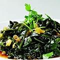 蒜拌螺旋藻      材料:螺旋藻一小把、蒜一整個、干辣椒5個;糖、油、生抽、醋、鹽適量  製作方法:  1、螺旋藻用溫水泡開、放在開水中煮一會,取出晾涼  2、蒜切末,干辣椒切圈,將蒜末和干辣椒放在螺旋藻上  3、熱油潑在蒜上,放入少量鹽,糖,醋和生抽攪拌均勻盛出