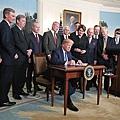3月22日,川普總統在白宮宣布將對中國進口產品每年徵收大約600億美元的關稅,以懲罰中國對美國知識產權和商業祕密的盜竊。(Getty Images)