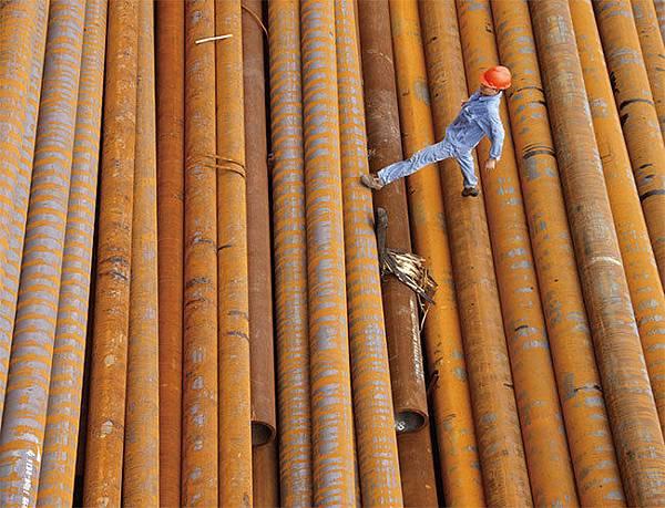中共使用貿易這個武器削弱了美國的製造業基礎,多年來從中國低價進口的鑄鐵管和配件充斥美國市場。夏洛特管道製造公司董事長疾呼公道。圖為安徽省淮北市一家鋼鐵廠。(AFP)