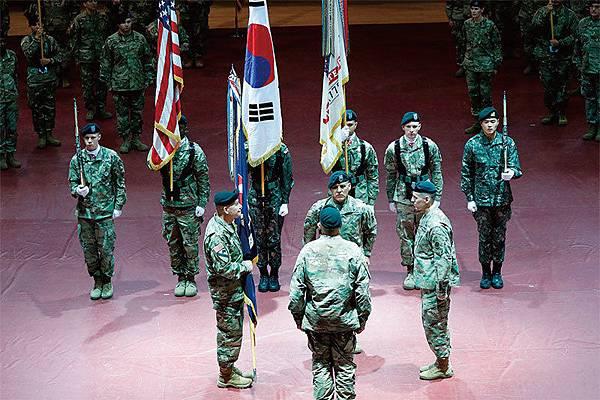 美韓4月1日起展開年度聯合軍演。圖為1月5日駐韓美國陸軍第八集團軍司令就任儀式。此前一天,美韓同意因平昌冬奧而延後聯合軍演。(AFP)