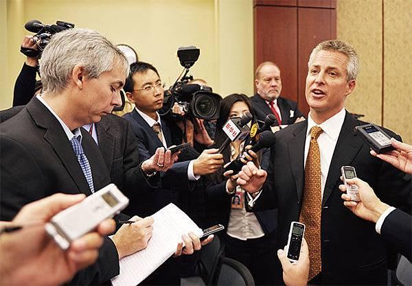 華為在美國市場受挫後,駐美國負責人、副總裁威廉普拉默(右一)也黯然離職。這或許說明華為已經暫時放棄了美國市場的拓展計畫。(Getty Images)