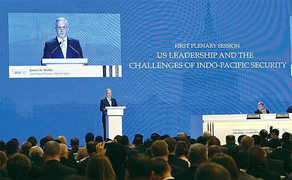 6月2日,美國防部長馬蒂斯在「香格里拉對話」峰會中警告中共,在南海島礁上搞軍事化會面對更大後果。(AFP)