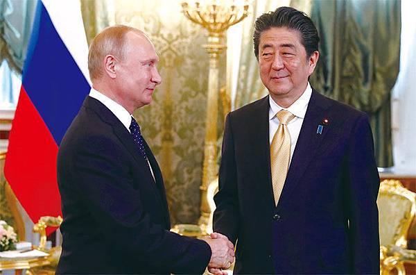 近年來日本積極與中共的後援俄羅斯交好以牽制和瓦解中共。5月26日日本首相安倍晉三到訪俄羅斯與普京舉行首腦會談,再次確認雙方的密切關係。(AFP)