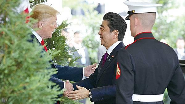 在北韓棄核問題上,日本是美國緊密的盟友,安培晉三始終力挺川普的「完全、可核查、不可逆的無核化」方針。圖為6月7日,安倍赴美與川普舉行首腦會談。(Getty Images)