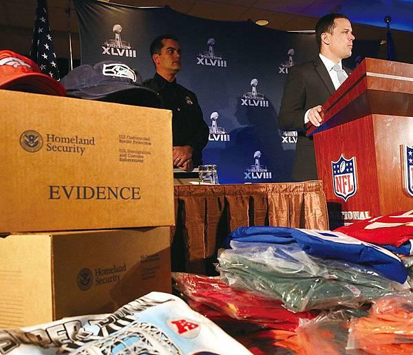 中共盜竊美國的知識產權,每年造成美國業者損失數十億美元;美國查獲的仿冒商品87%來自中國。圖為美國移民和海關執法局等官員展示來自中國的大量假冒品。(Getty Images)
