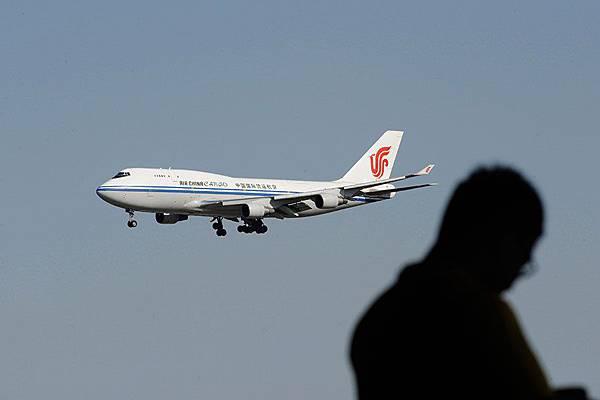 美國《福布斯》估算,中國富人已經在海外累積投資36萬億元人民幣。僅去年一年,就有1萬名淨資產在100萬美元以上的富豪選擇了移居海外。(WANG ZHAO/AFP/Getty Images)