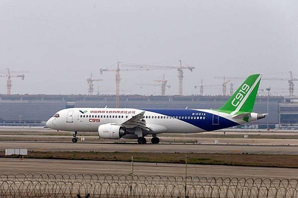 中國國產客機C919於2017年5月正式首飛。中共官媒稱C919突破了技術封鎖,不過央視承認C919的「殼子」來自中國企業,而關鍵部份都來自外國企業。(AFP/Getty Images)