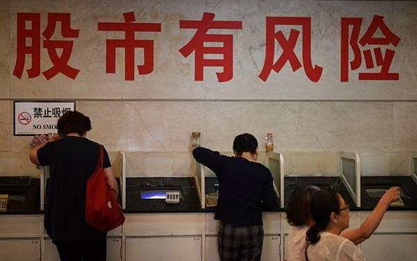 中共國家級智庫「國家金融與發展實驗室」日前撰寫一份名為〈警惕中國出現金融恐慌〉的內部報告,在網路上短暫發布後隨即遭刪除。(JOHANNES EISELE / AFP)