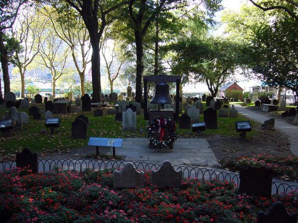 教堂外的墓園