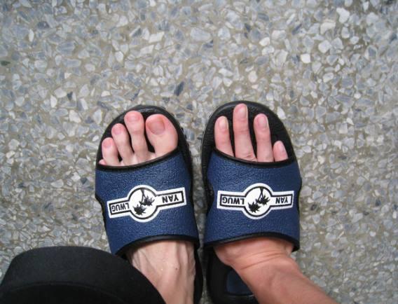 今天穿拖鞋的時候,感覺有哪裡不對勁,但我也說不上來......