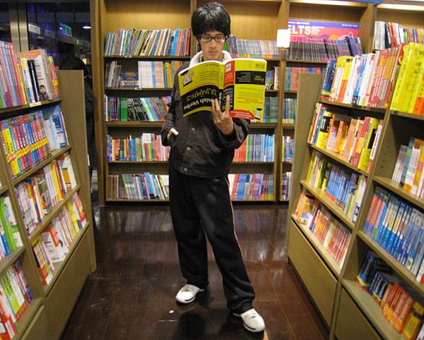 愛倒立的不只我,還有書