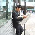 上班前先看個報紙.JPG