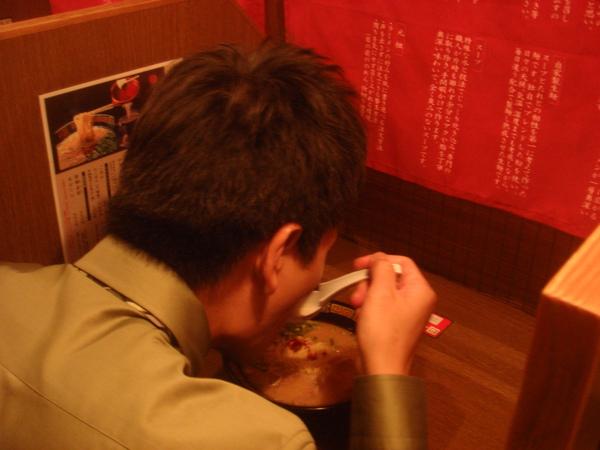 下班先去吃個一蘭拉麵每個人都有獨立的隔間,像是台灣的K書中心.JPG
