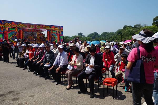 迎城隍活動坐滿人群