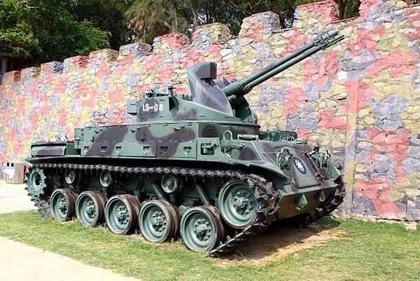 鐵漢堡外的戰車