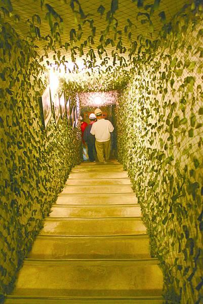 遊客順著樓梯走入坑道內參觀金城民防道029