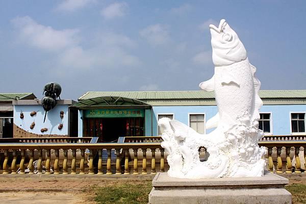 白色鯉魚雕像利元生態展示館前