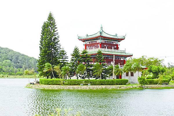 古崗樓在湖面上顯得高貴典雅