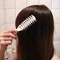 lush 冥想洗髮餅 使用前梳頭