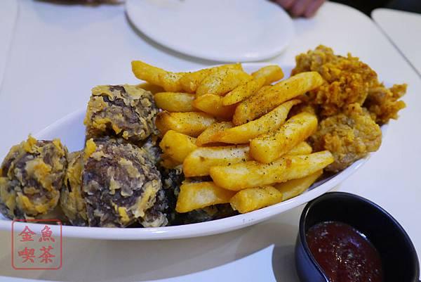 高雄 夢時代 艾可創義廚房 艾可酥炸拼盤 香菇+薯條+卡啦雞