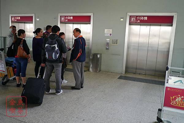 香港機場坐電梯下樓去往市區的巴士站