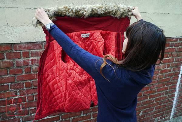 LULUS 經典胸徽章布毛毛連帽抽繩軍裝外(磚紅) 內裏