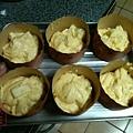 鬆餅粉 蘋果杯子蛋糕 分裝紙杯準備進烤箱